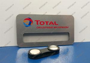 Бейдж из металлизированного пластика, УФ печать